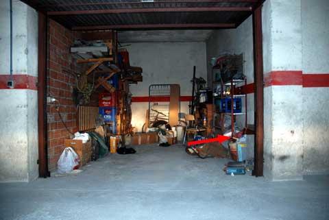 Die Garage in O Milladoiro, der Pfeil weist auf die Fundstelle hin.